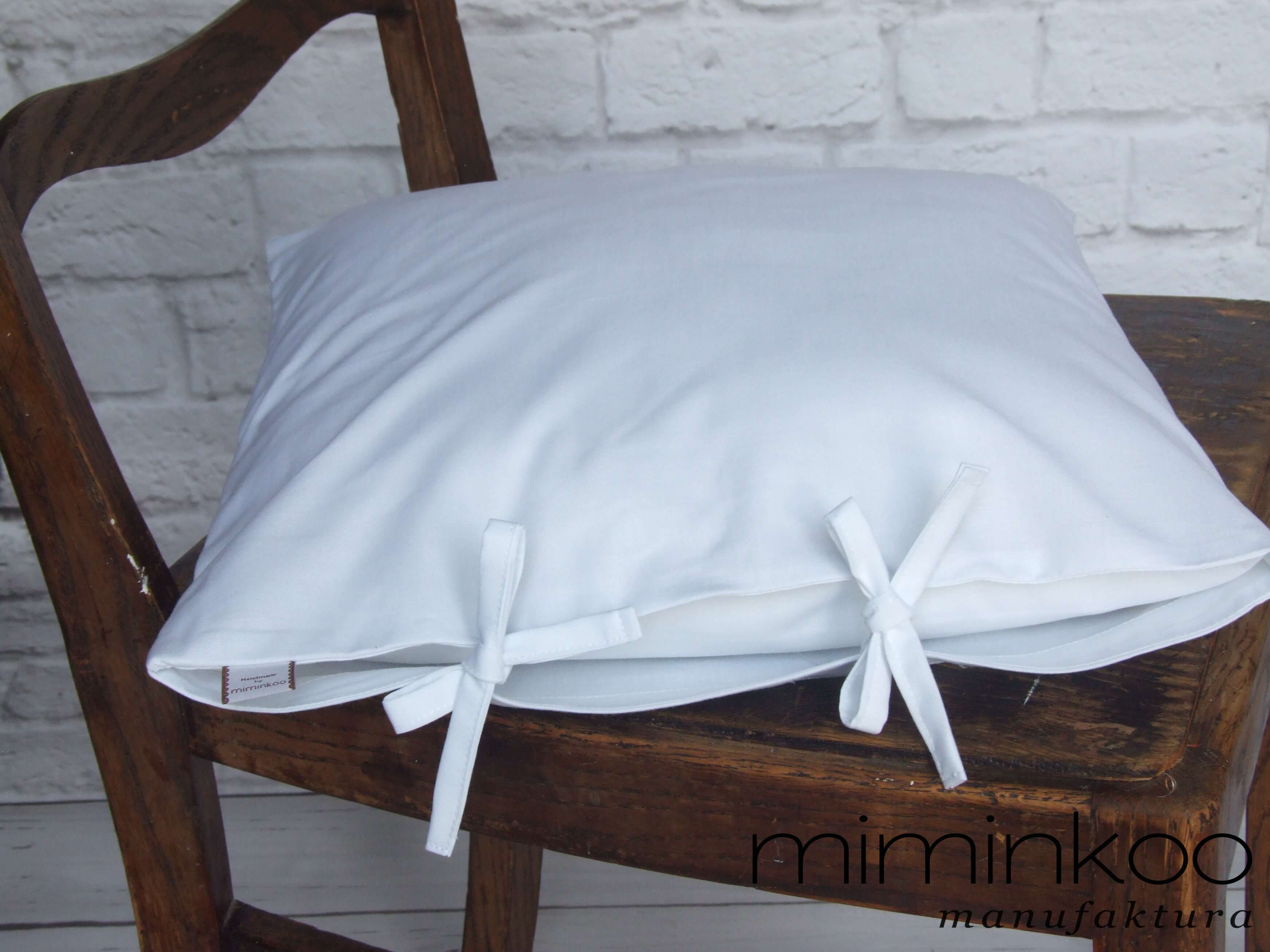 Biała poszewka z troczkami na jasiek 40x40